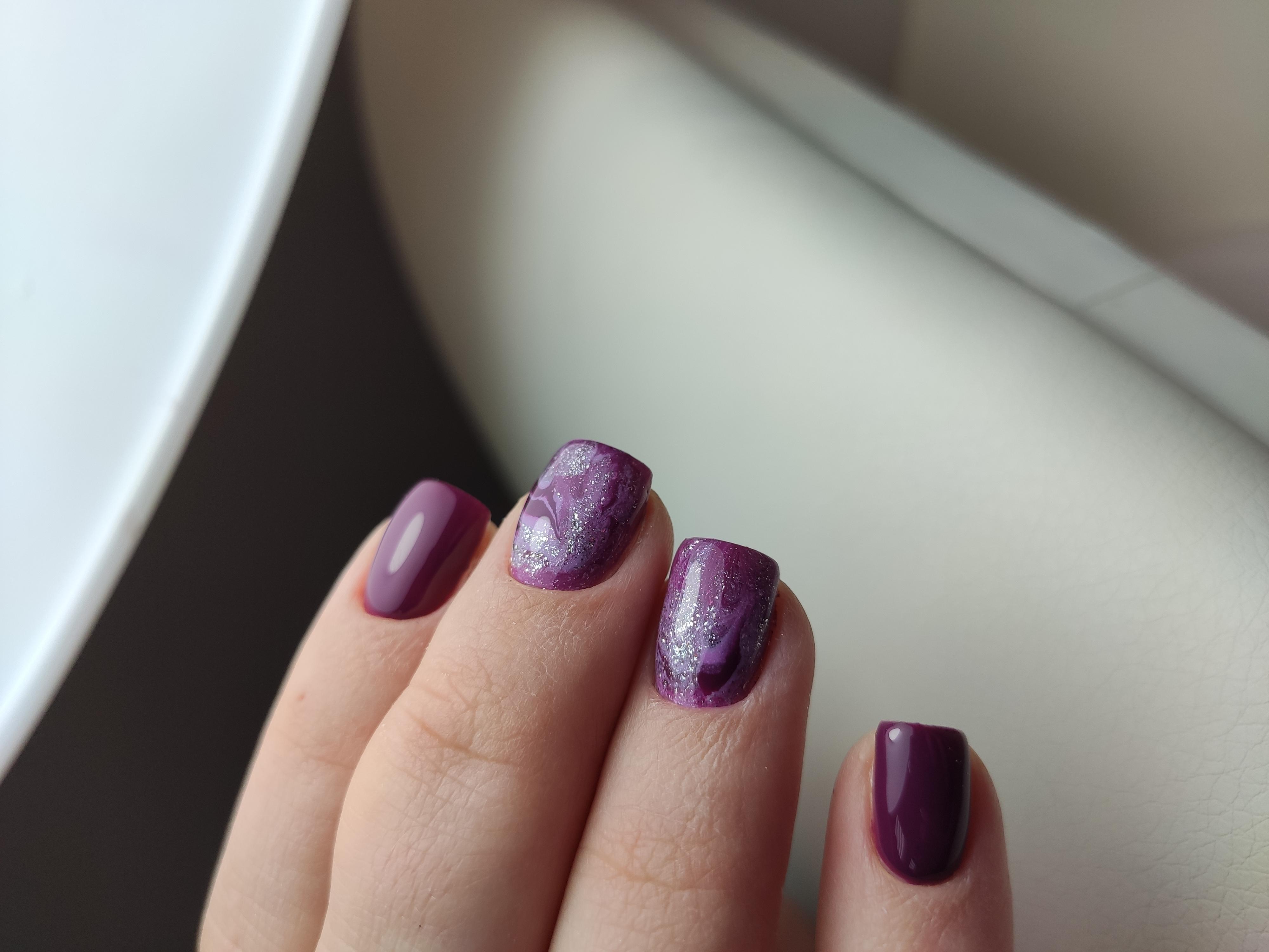 Маникюр в баклажановом цвете с абстрактным рисунком и блёстками.