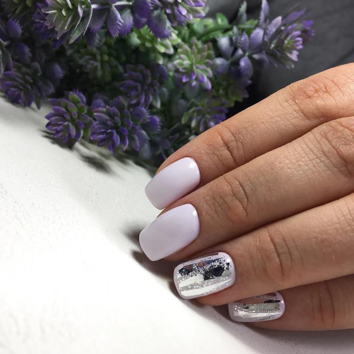 Маникюр с серебряной фольгой в сиреневом цвете.