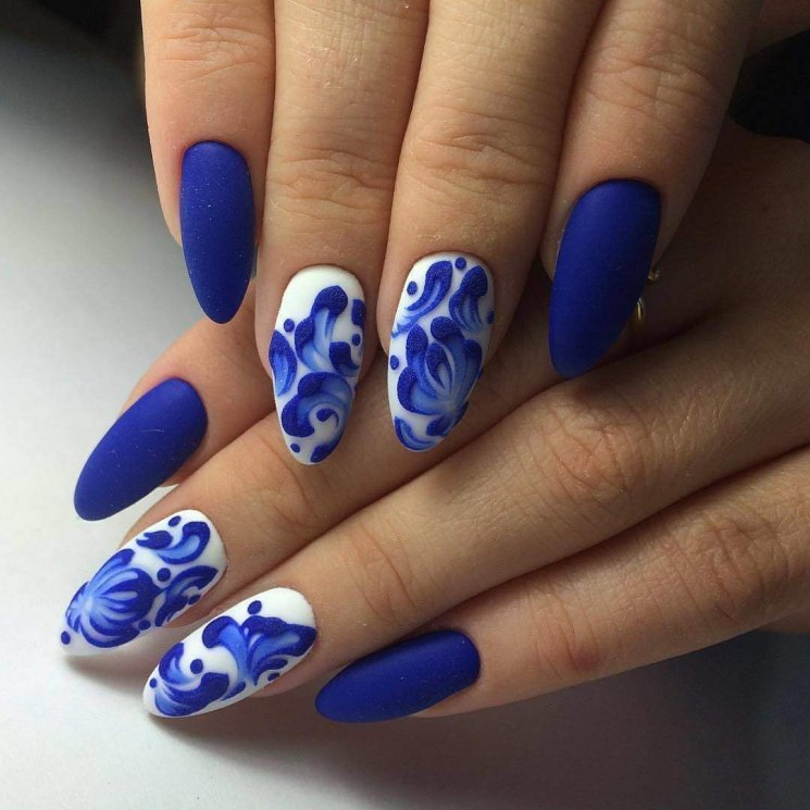 Матовый маникюр с рисунком в синем цвете.