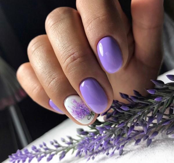Маникюр с цветочным рисунком в фиолетовом цвете.