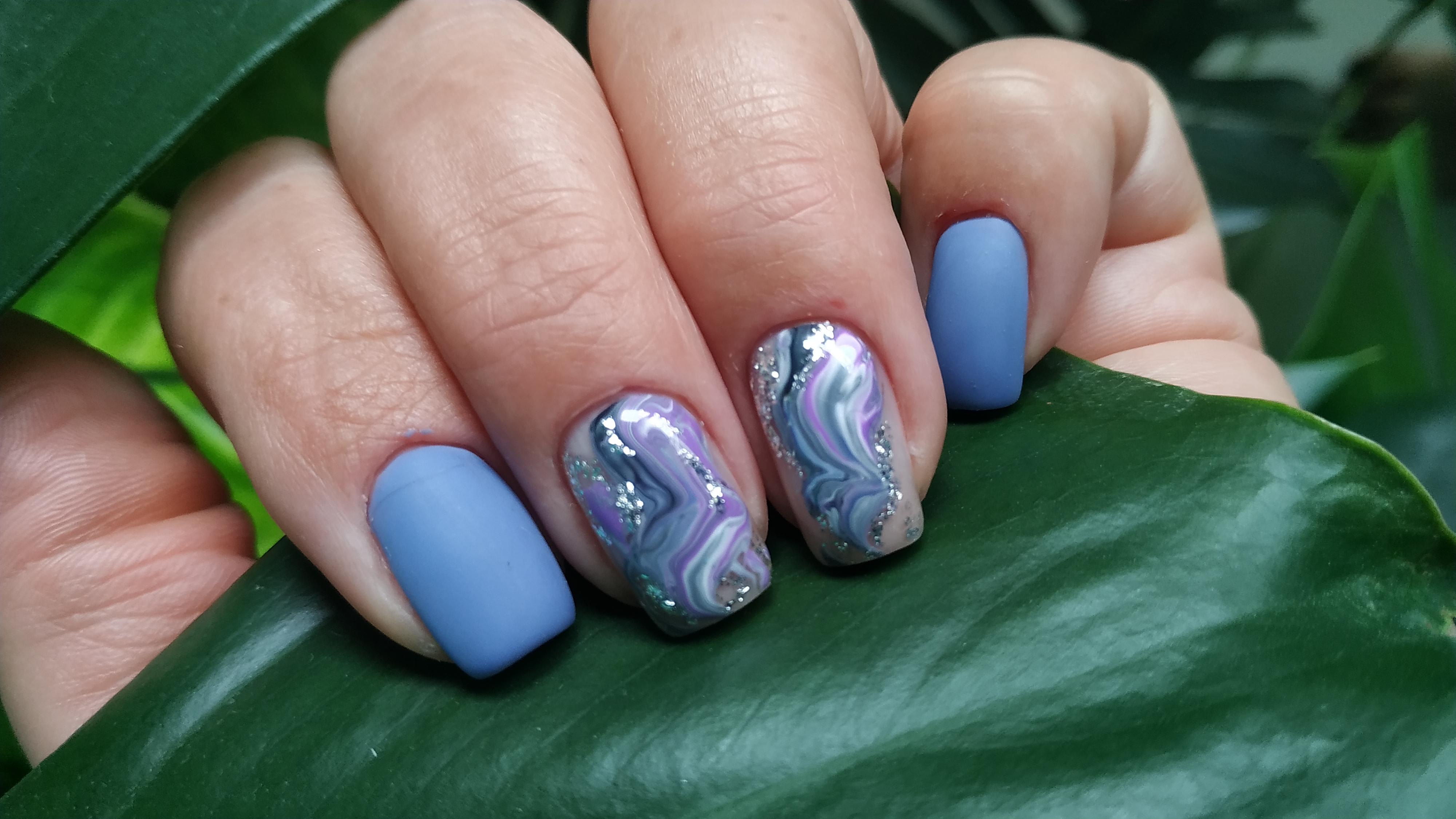 Матовый маникюр с абстрактным рисунком и блестками в голубом цвете на короткие ногти.