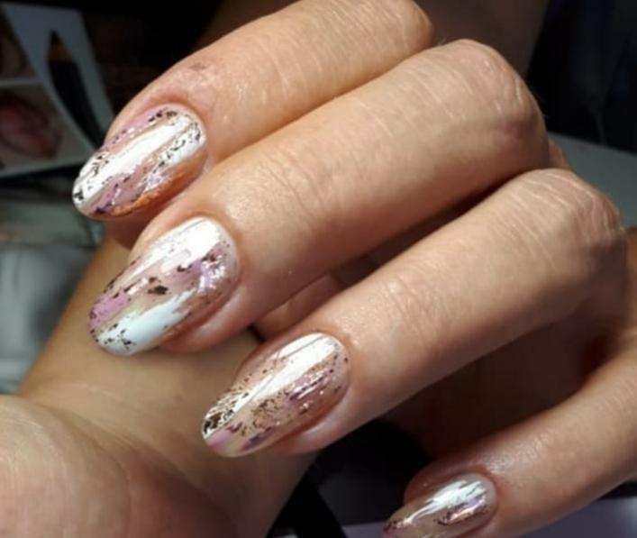 Маникюр с абстрактным рисунком и золотой фольгой на длинные ногти.