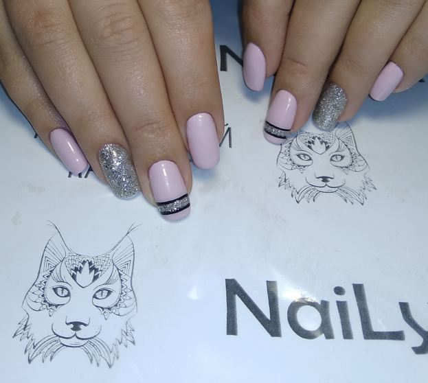Маникюр с полосками и серебряными блестками в розовом цвете на короткие ногти.