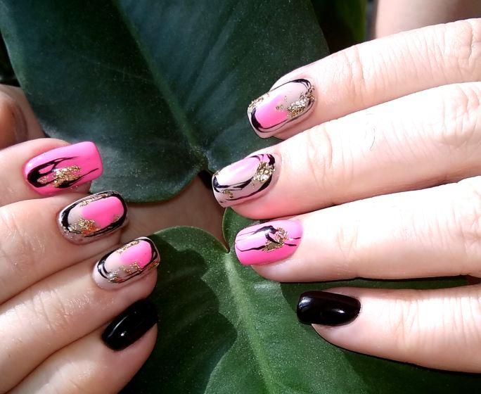 Маникюр с абстрактным рисунком и золотой фольгой в розовом цвете на короткие ногти.