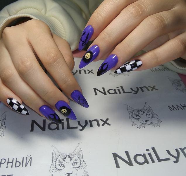 Маникюр с языками пламени в фиолетовом цвете на длинные ногти.