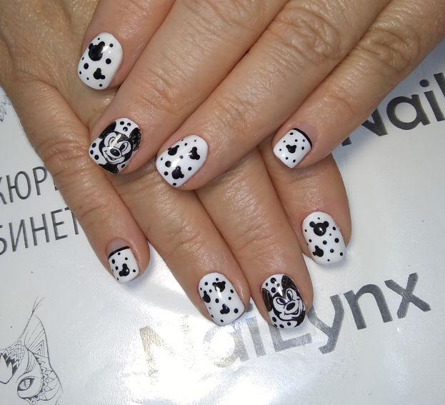 Маникюр с Микки Маусом в белом цвете на короткие ногти.