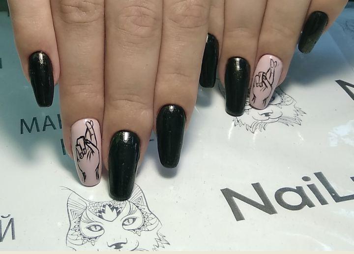 Маникюр с рисунком в черном цвете на длинные ногти.