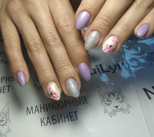 Маникюр с цветочной лепкой и серебряными блестками в сиреневом цвете на короткие ногти.