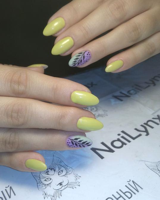 Маникюр с растительным рисунком и градиентом в желтом цвете на длинные ногти.