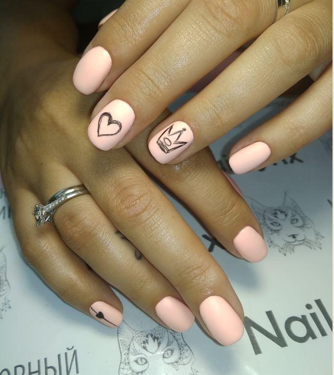 Матовый маникюр с сердечком в персиковом цвете на короткие ногти.