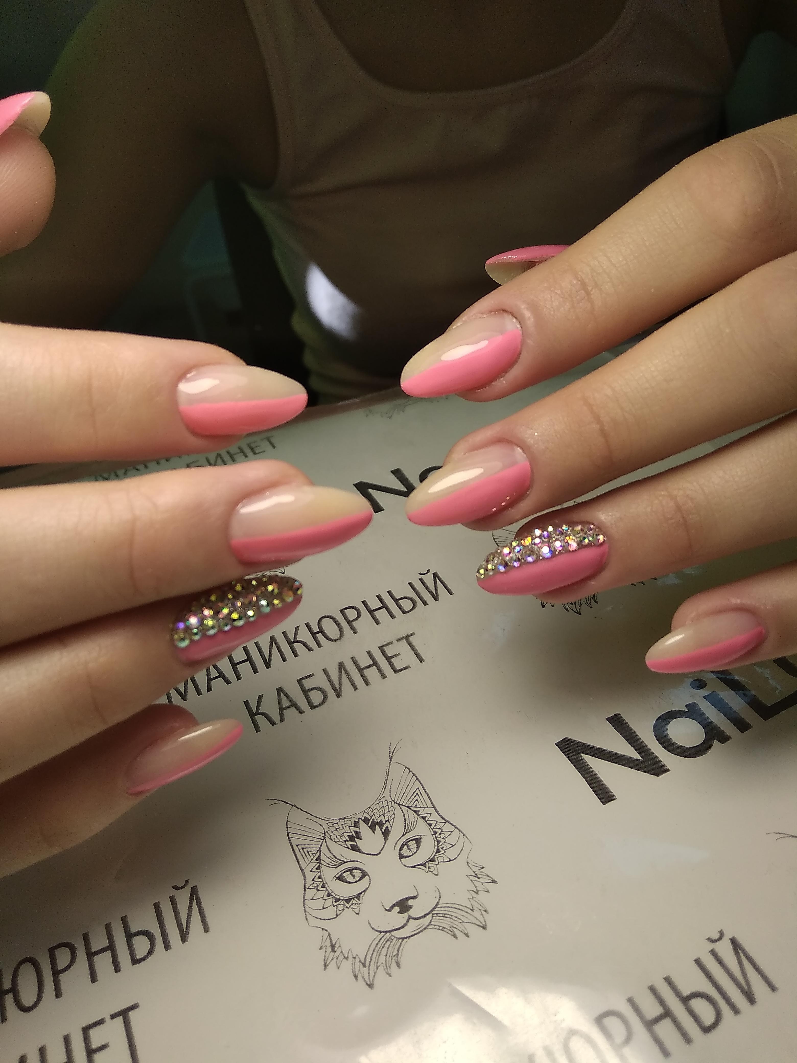 Маникюр со стразами в розовом цвете на длинные ногти.