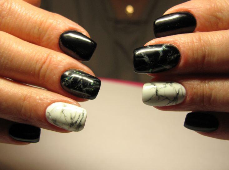Маникюр с мраморный дизайном в черном цвете на короткие ногти.