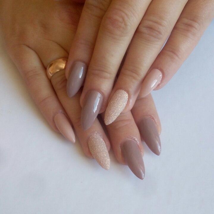 Маникюр с песочным дизайном в пастельных тонах на длинные ногти.