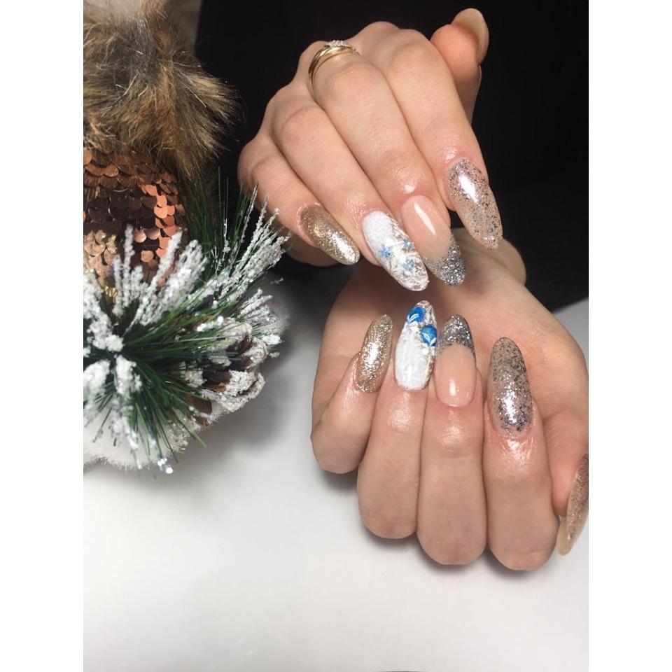 Новогодний маникюр с серебряными блестками и рисунками на длинные ногти.