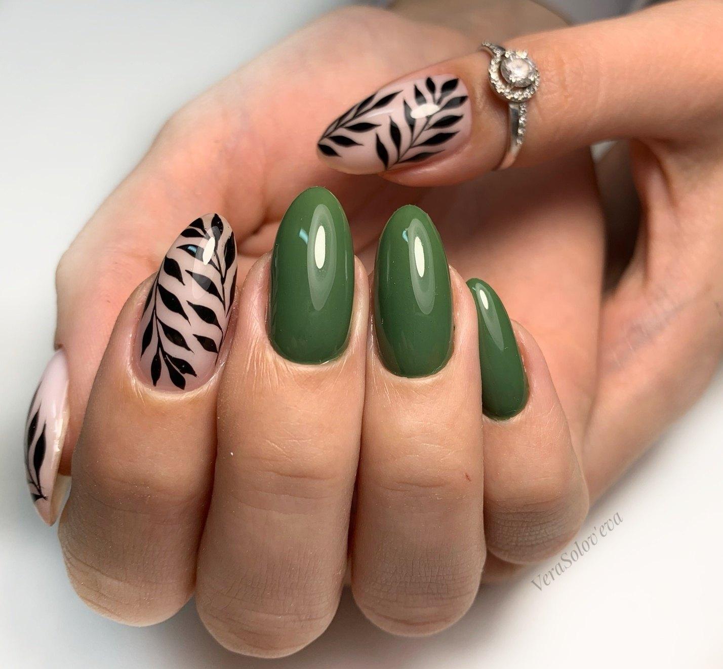 Маникюр с растительным рисунком в зеленом цвете.