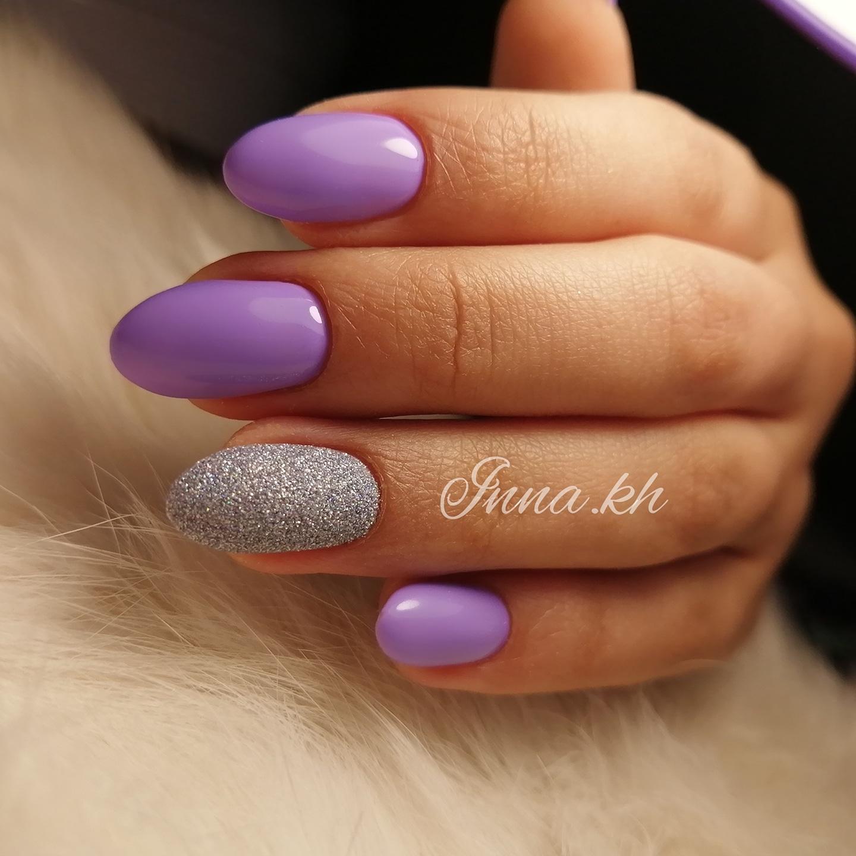 Маникюр с песочным дизайном в фиолетовом цвете.
