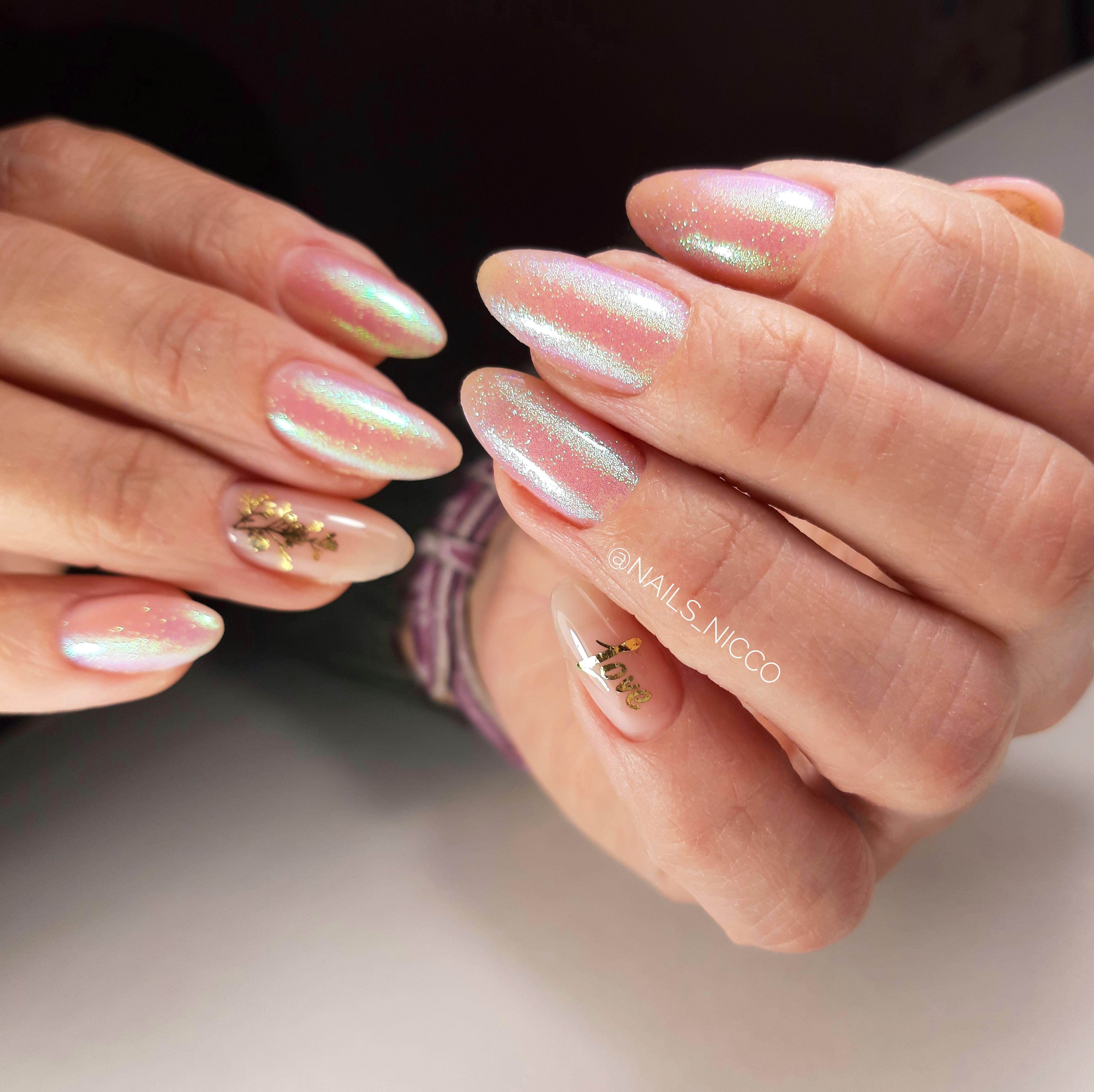 Маникюр с блестками и надписями на длинные ногти.