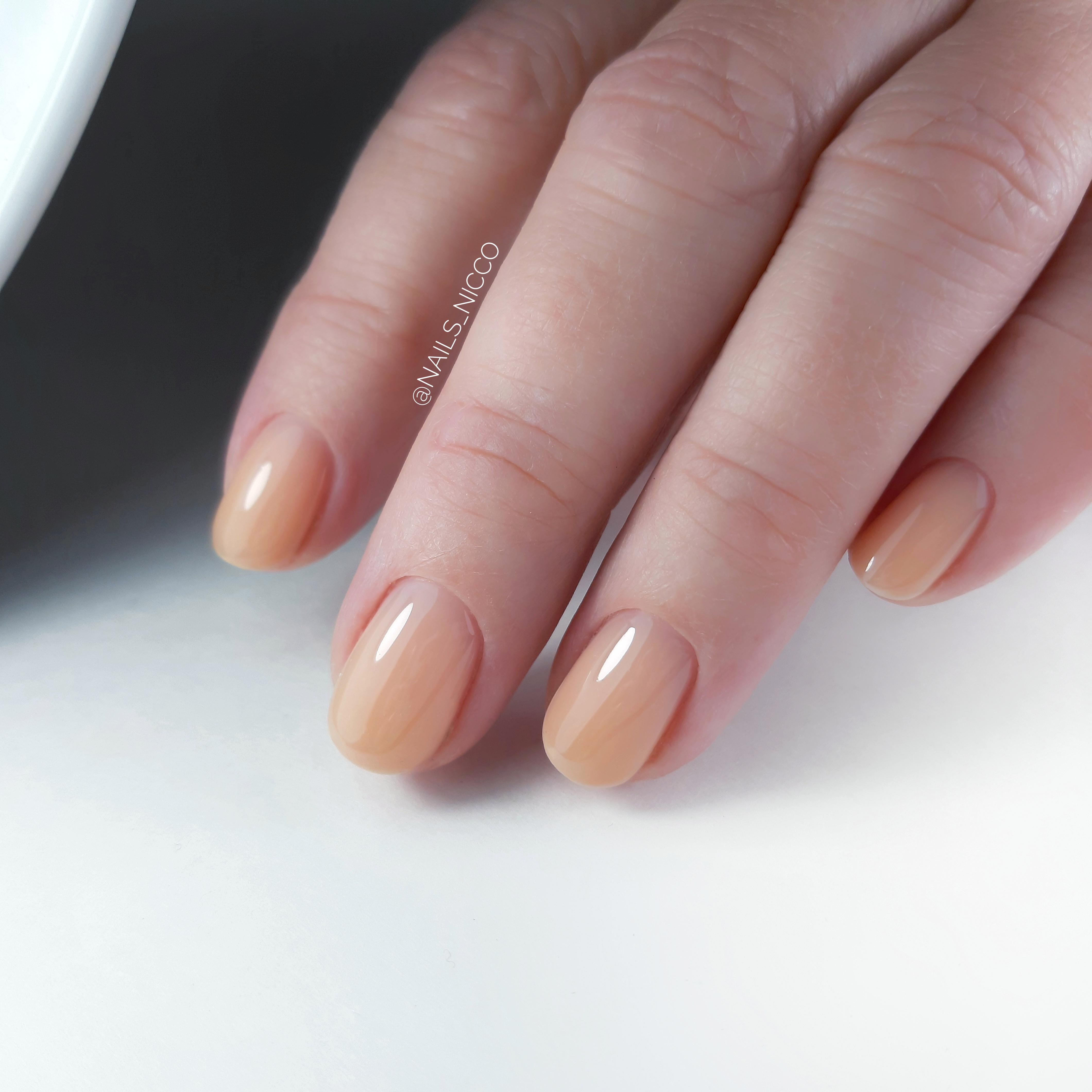Маникюр в бежевом цвете на короткие ногти.