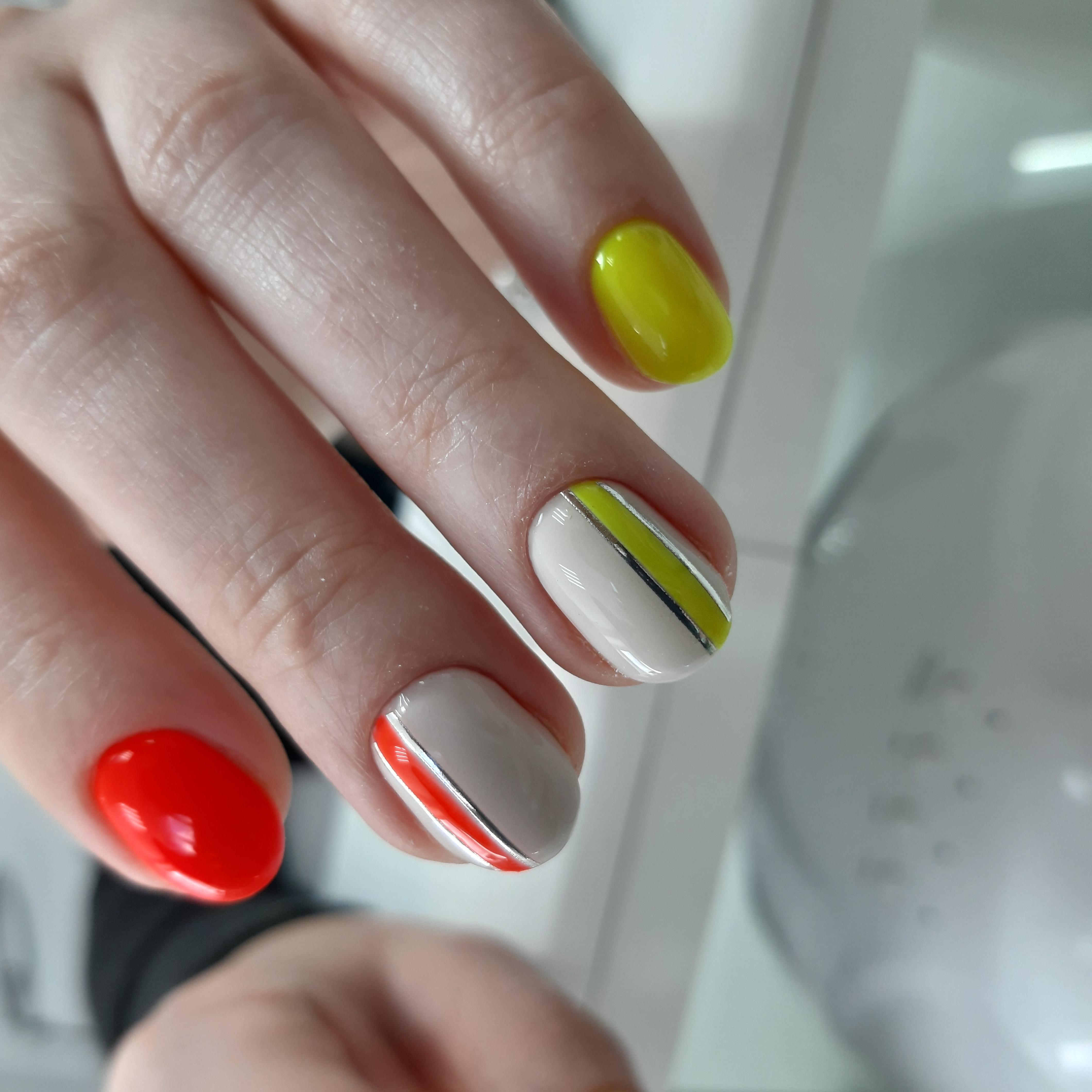 Разноцветный маникюр с серебряными полосками на короткие ногти.