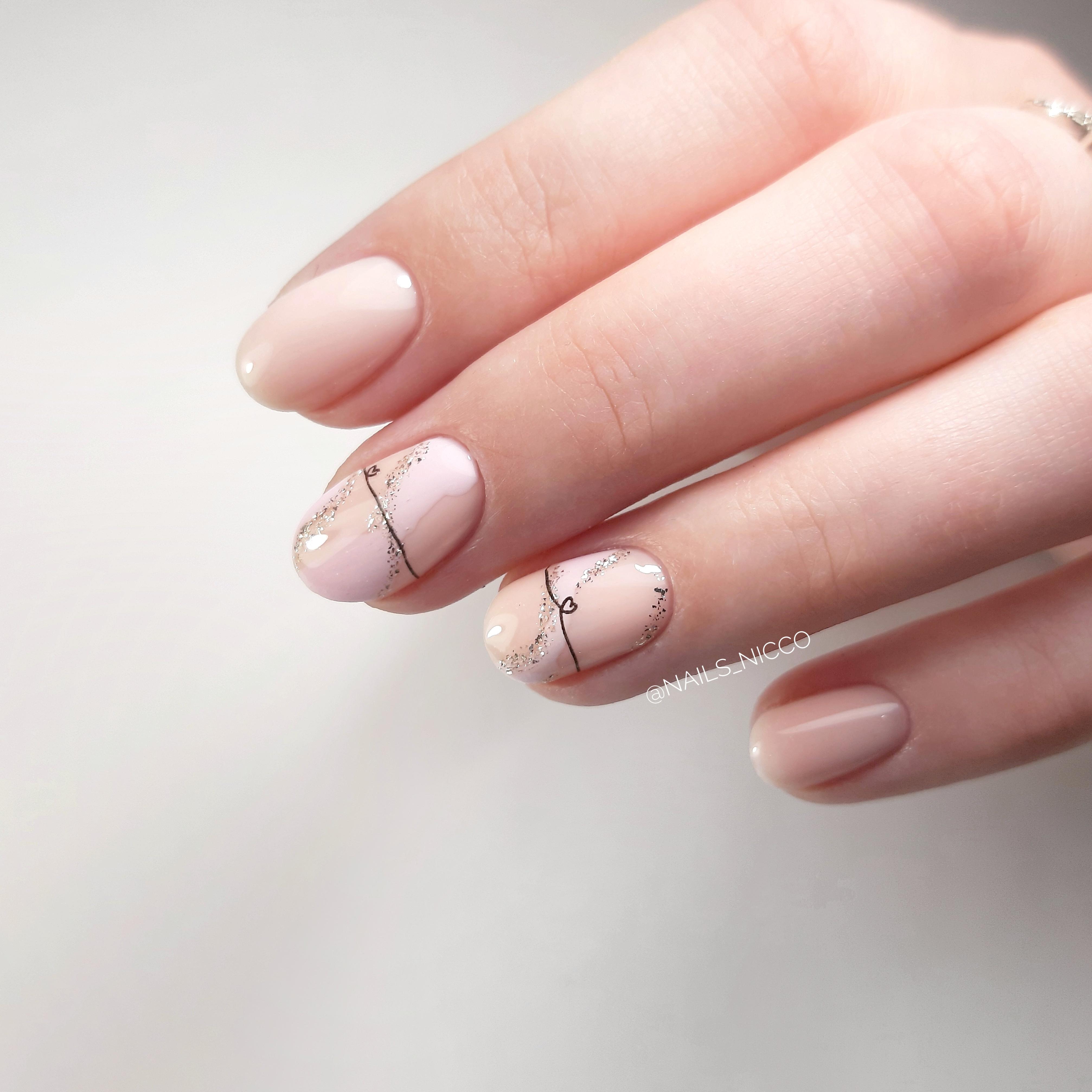 Нюдовый маникюр с рисунком и блестками на короткие ногти.