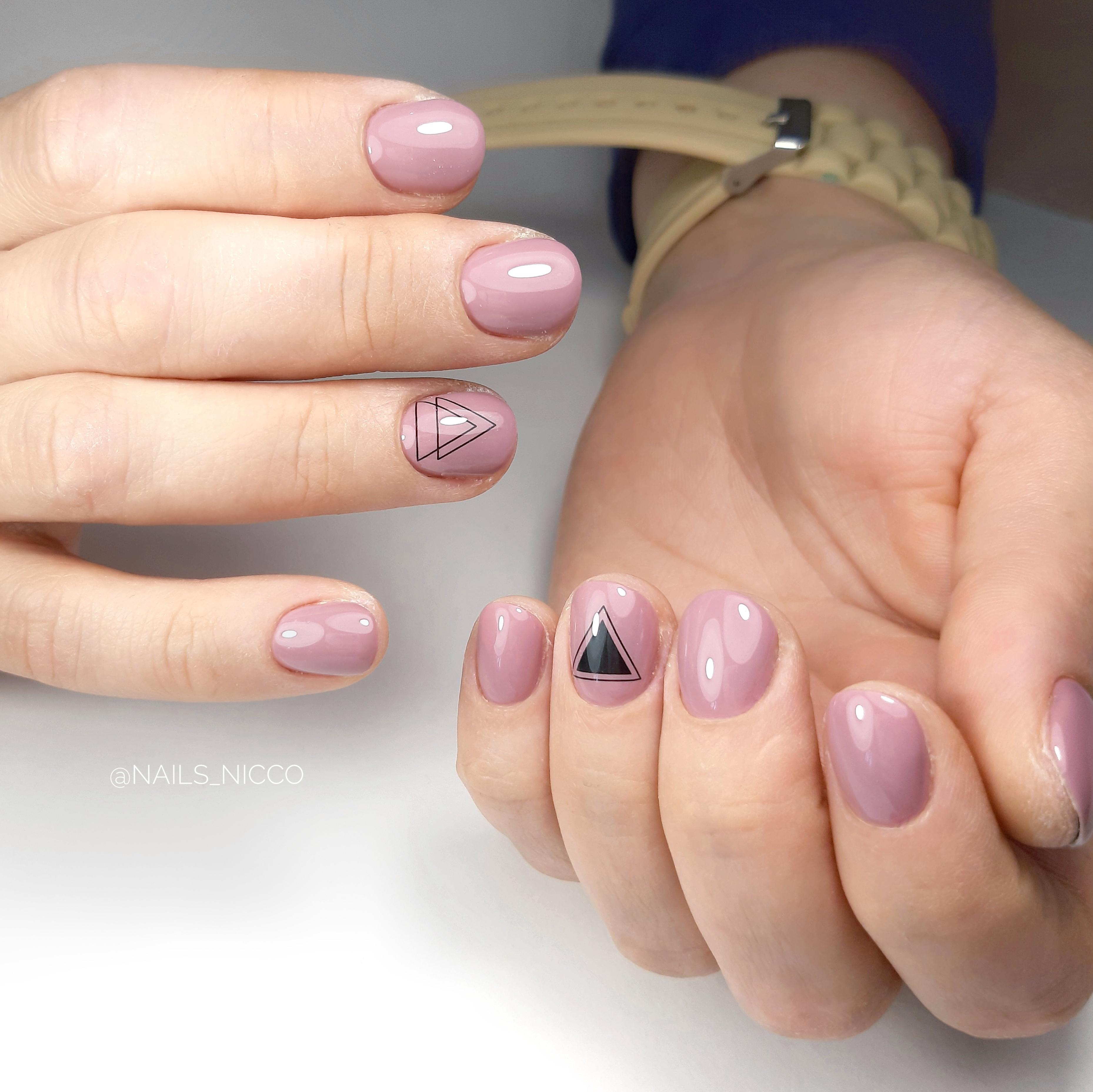 Маникюр с геометрическими слайдерами в сиреневом цвете на короткие ногти.