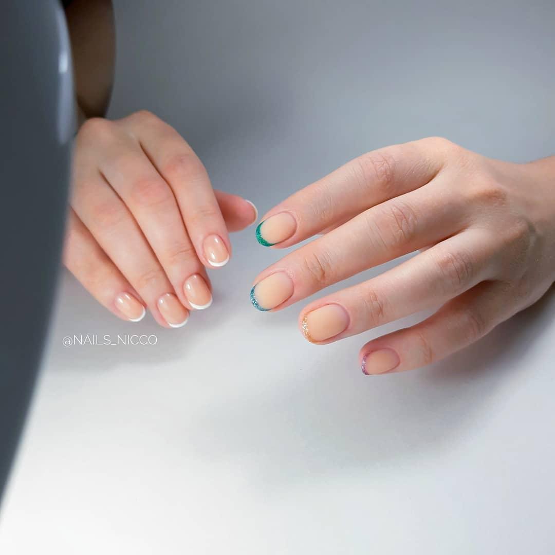 Контрастный френч с цветными блестками на короткие ногти.