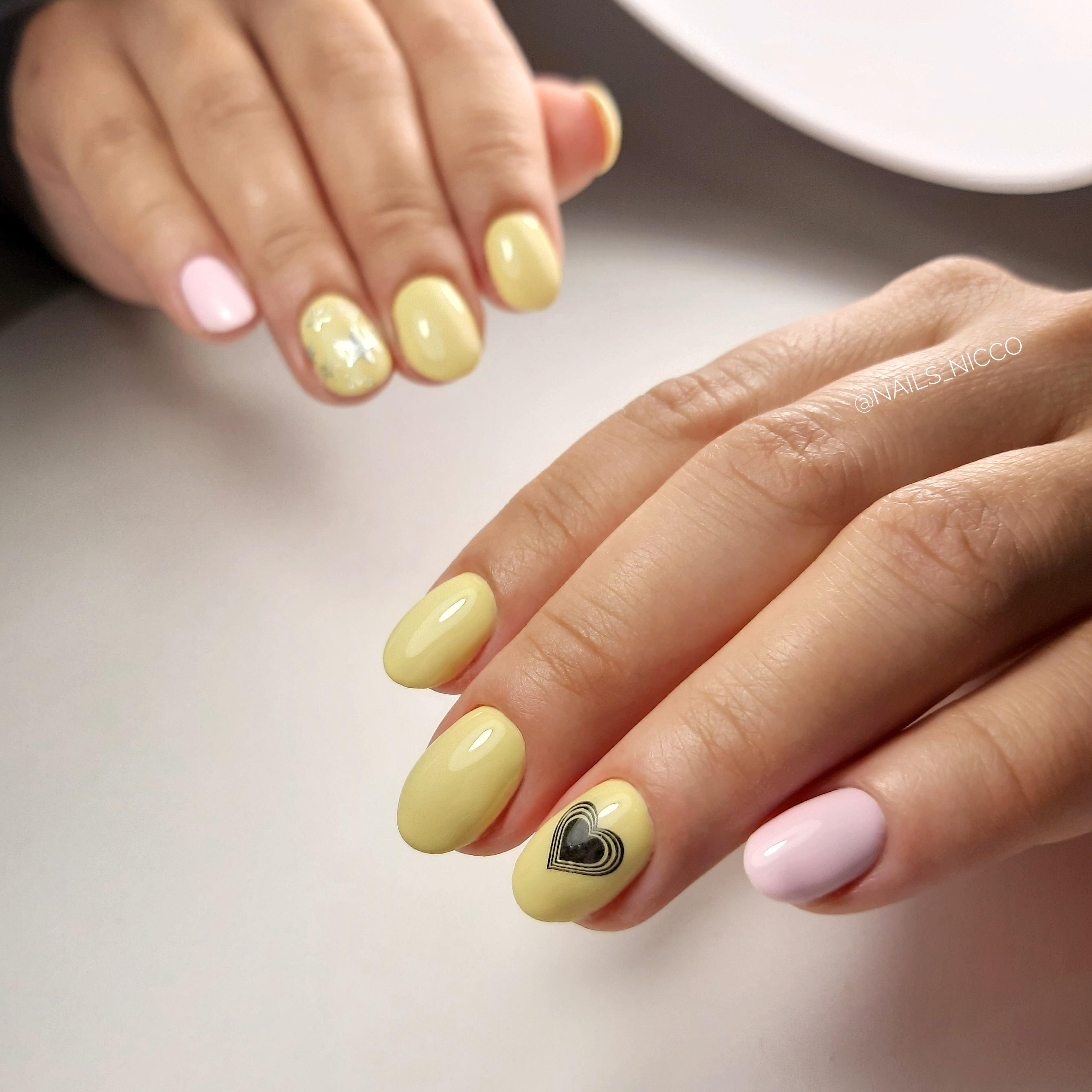 Маникюр с сердечками в желтом цвете на короткие ногти.