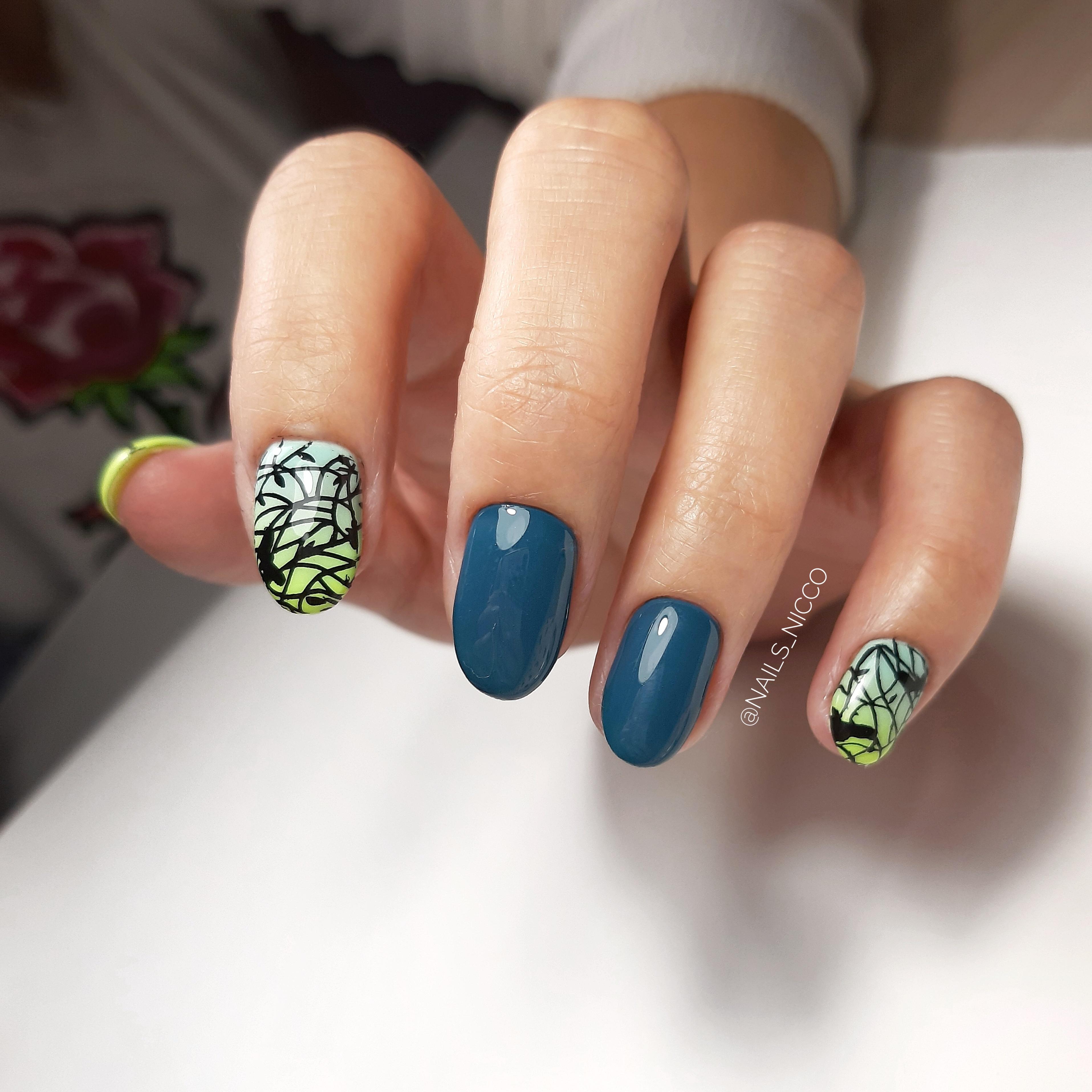 Маникюр с абстрактными слайдерами в синем цвете на короткие ногти.