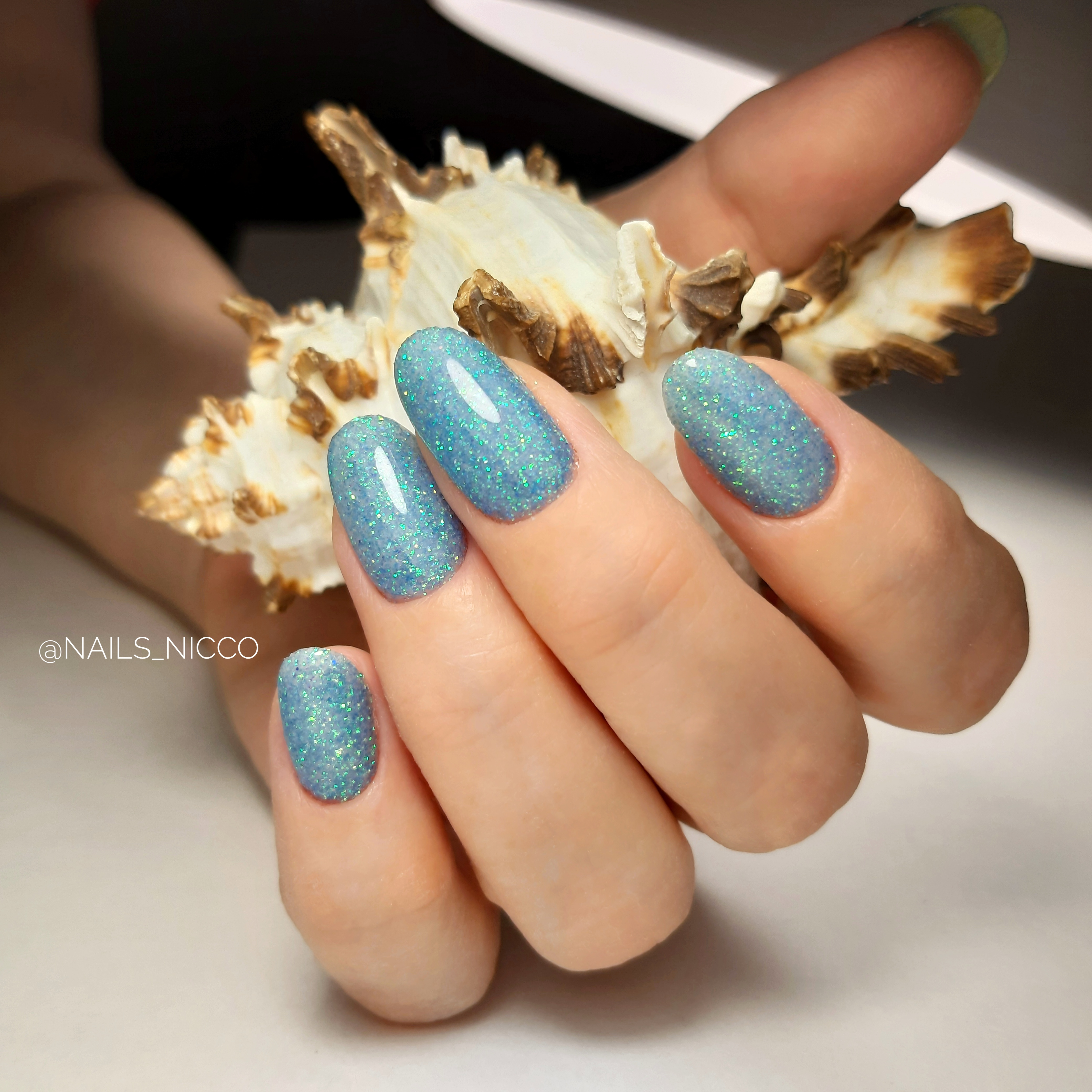 Маникюр с блестками в голубом цвете на длинные ногти.