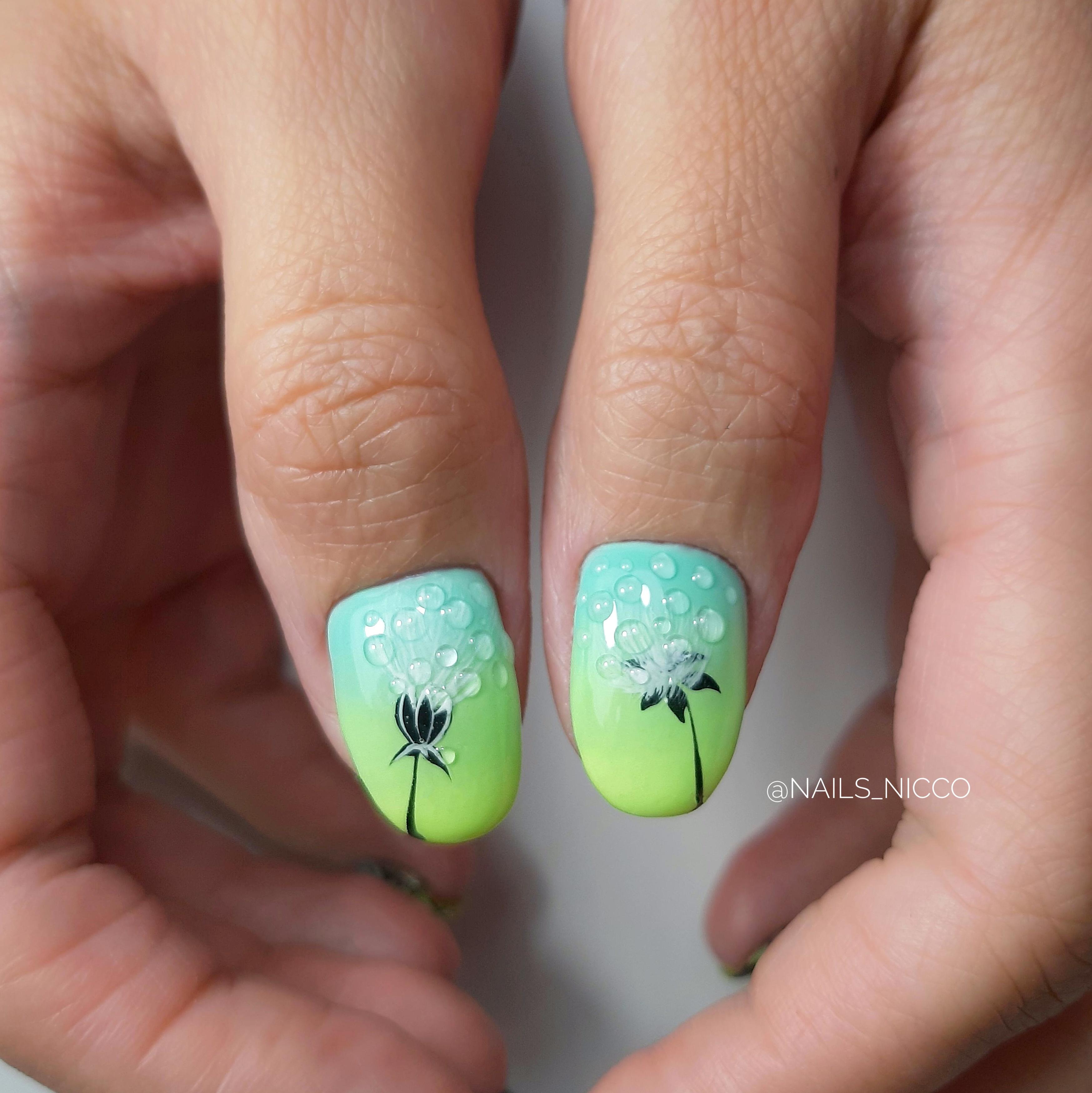 Маникюр с градиентом и цветочным рисунком на короткие ногти.