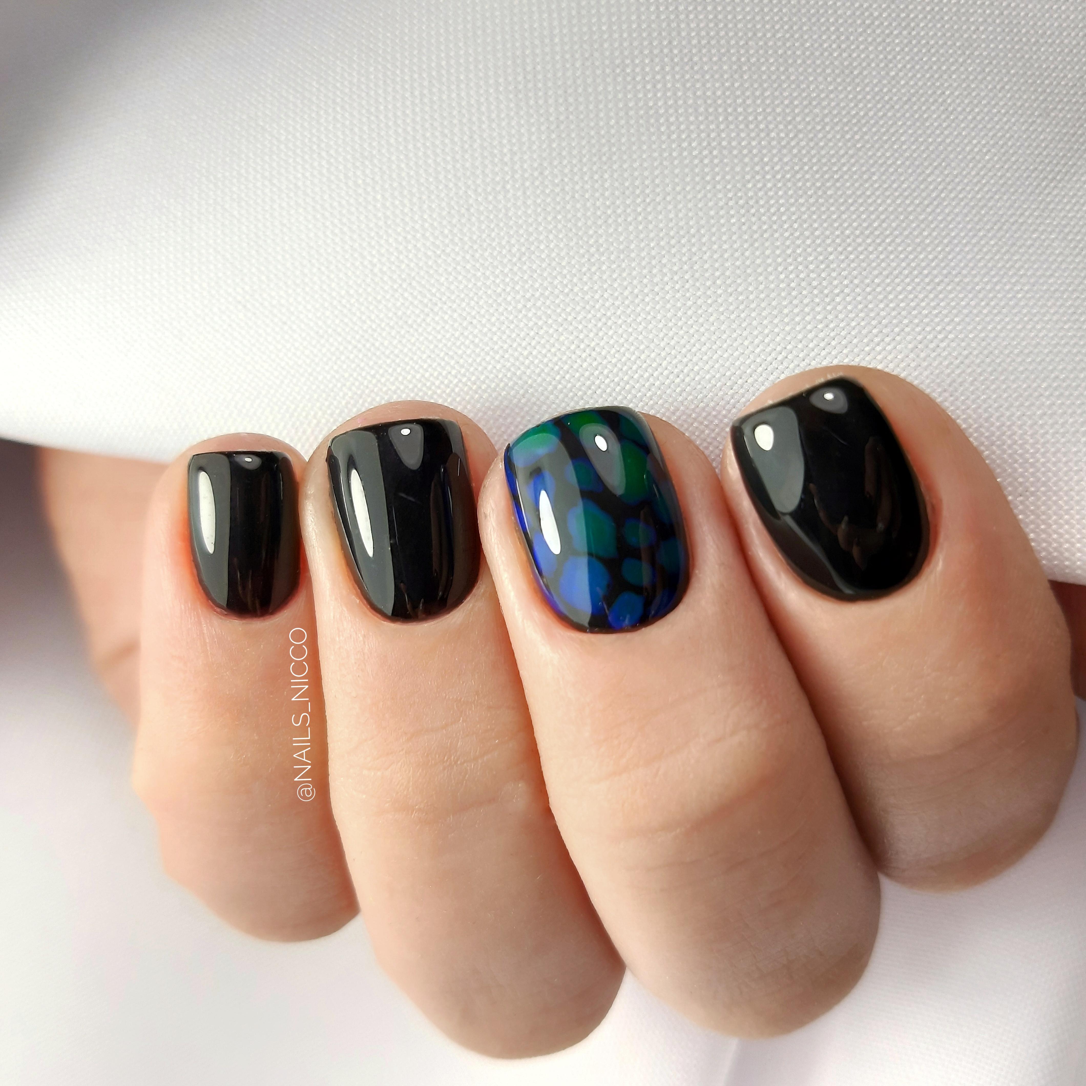 Маникюр с рисунком в черном цвете на короткие ногти.