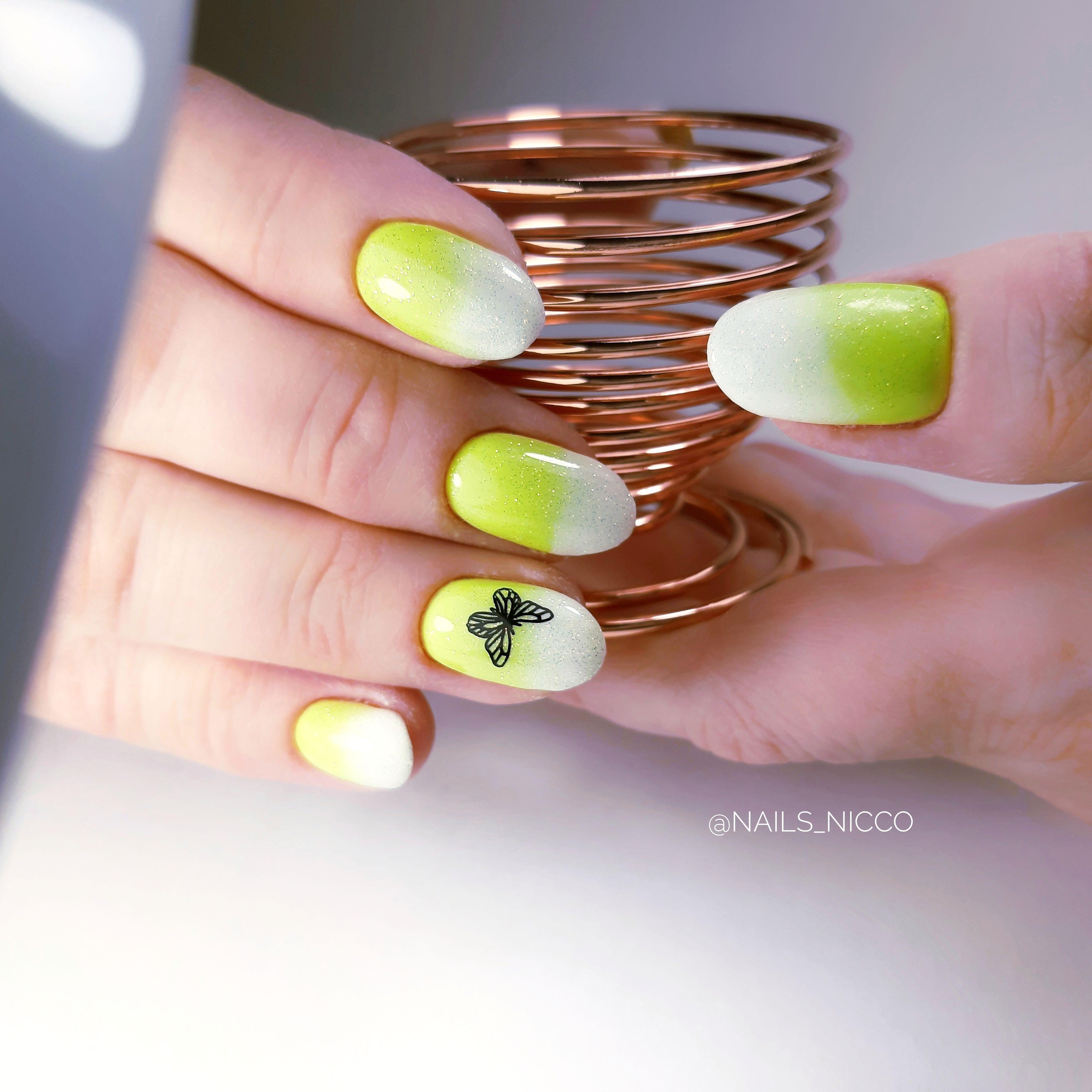 Маникюр с градиентом и бабочками на короткие ногти.