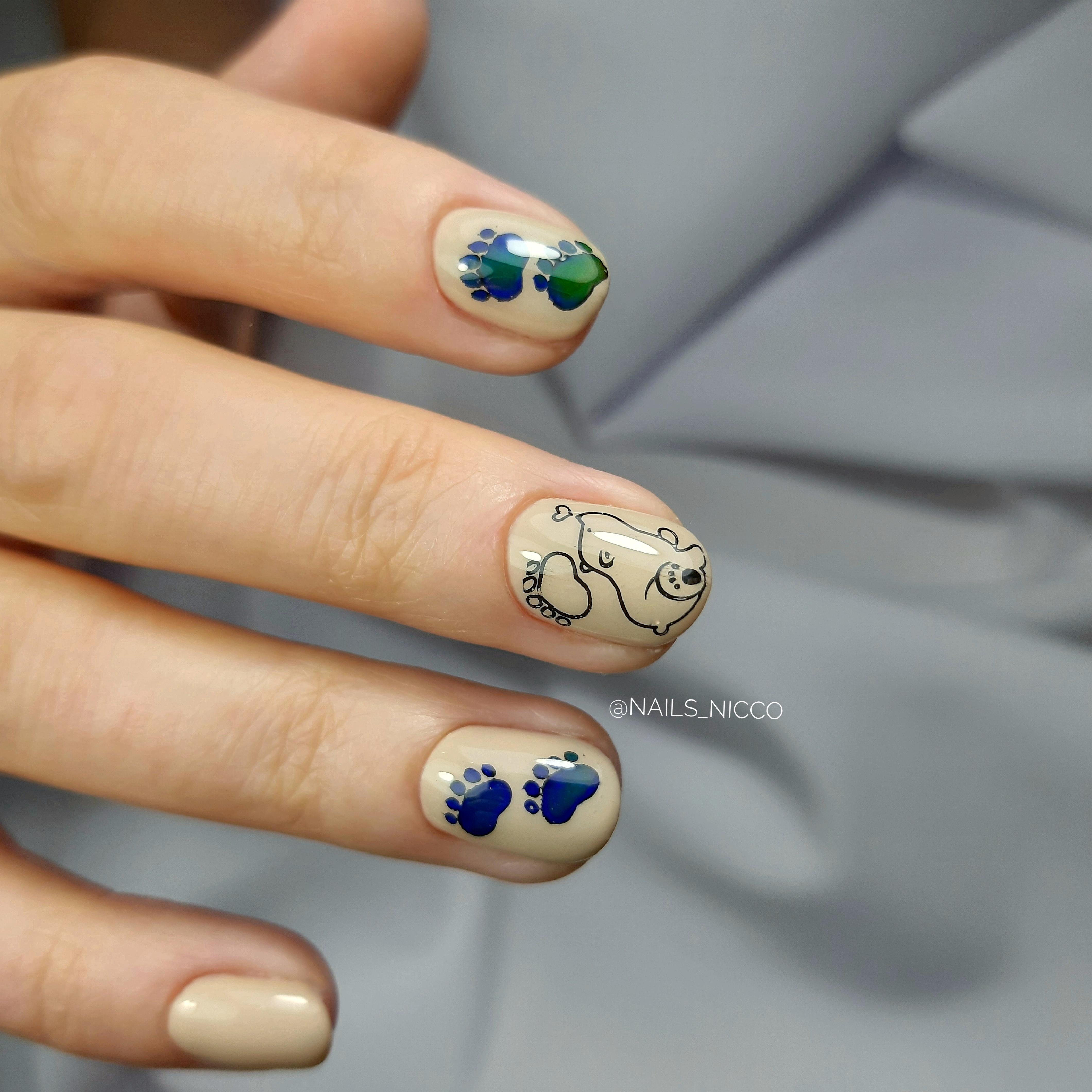 Маникюр со слайдерами в бежевом цвете на короткие ногти.