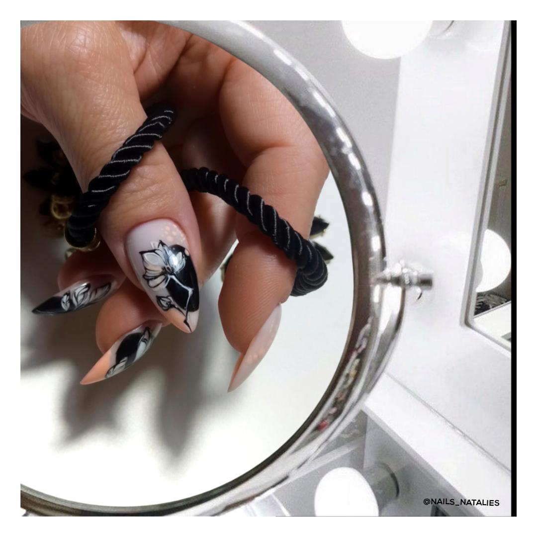 Маникюр с цветочным рисунком на длинные ногти.