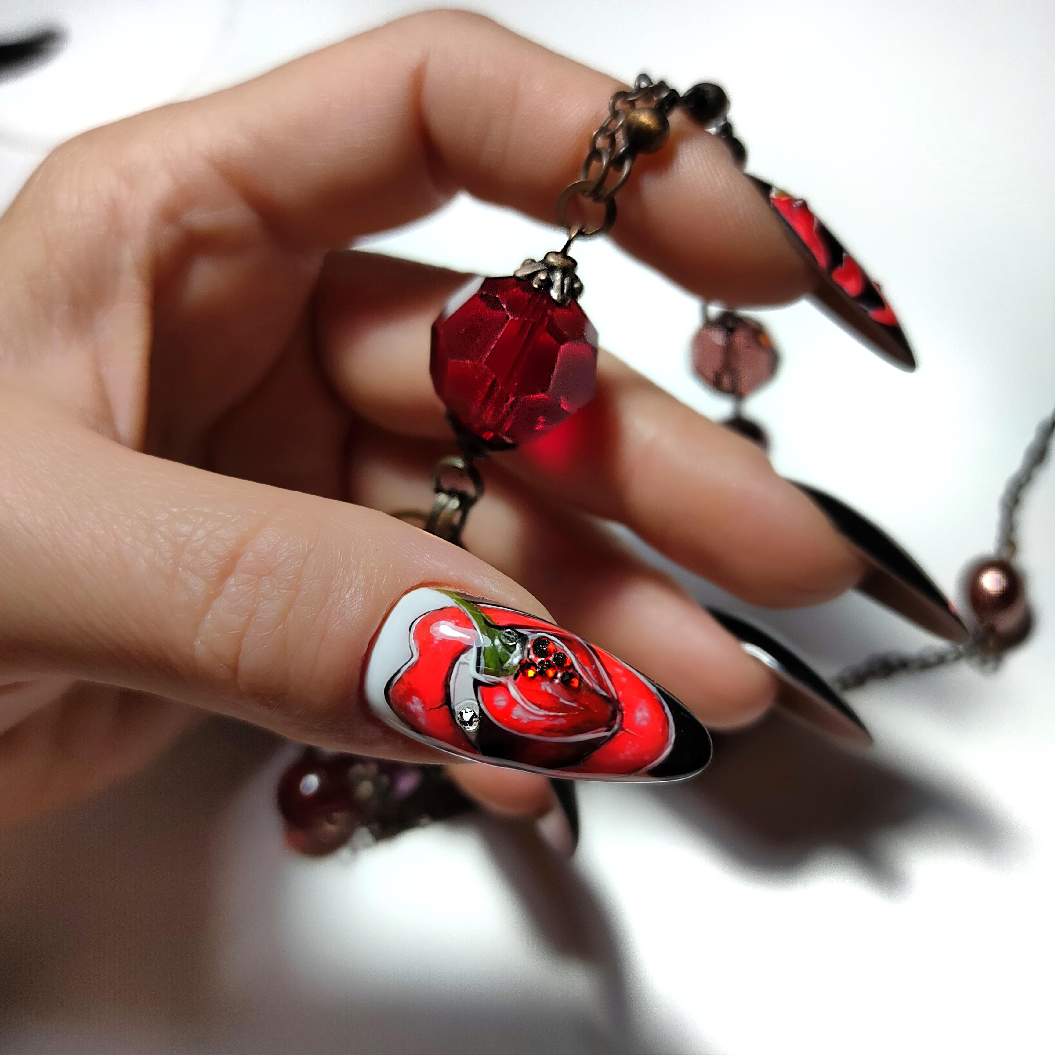 Маникюр с рисунком на длинные ногти.