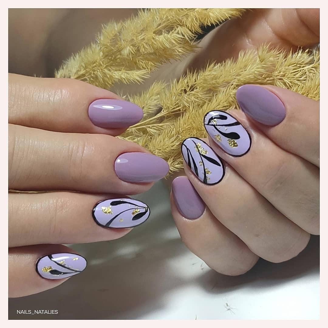 Маникюр с рисунком в сиреневом цвете на короткие ногти.