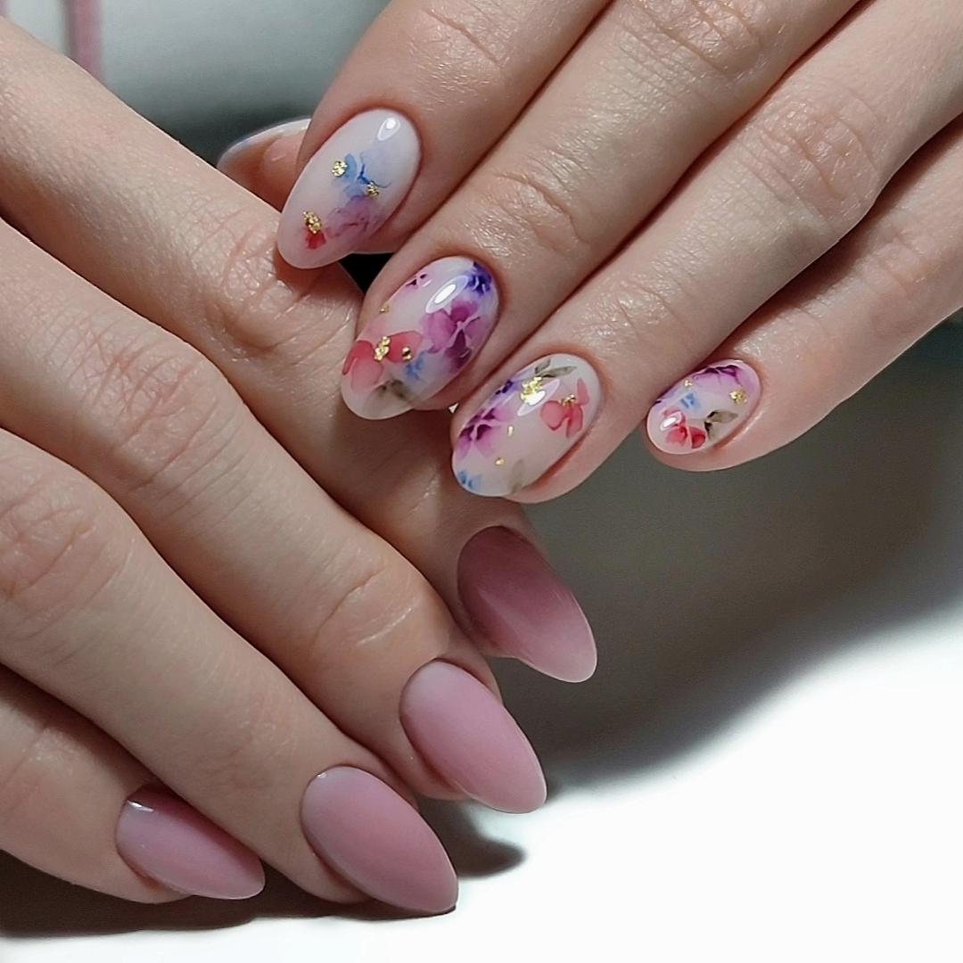 Контрастный маникюр с акварельным цветочным рисунком и золотой фольгой на короткие ногти.