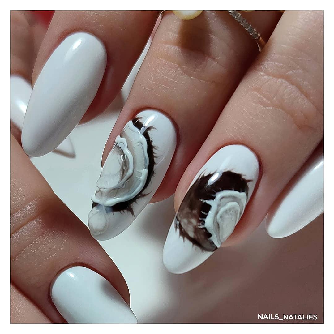 Маникюр с кокосом в белом цвете на длинные ногти.