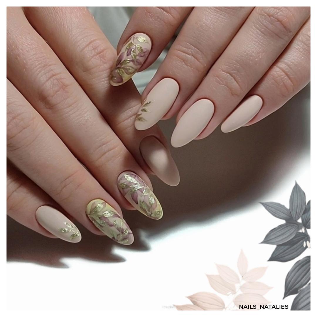 Матовый маникюр с цветочным рисунком в бежевом цвете на длинные ногти.
