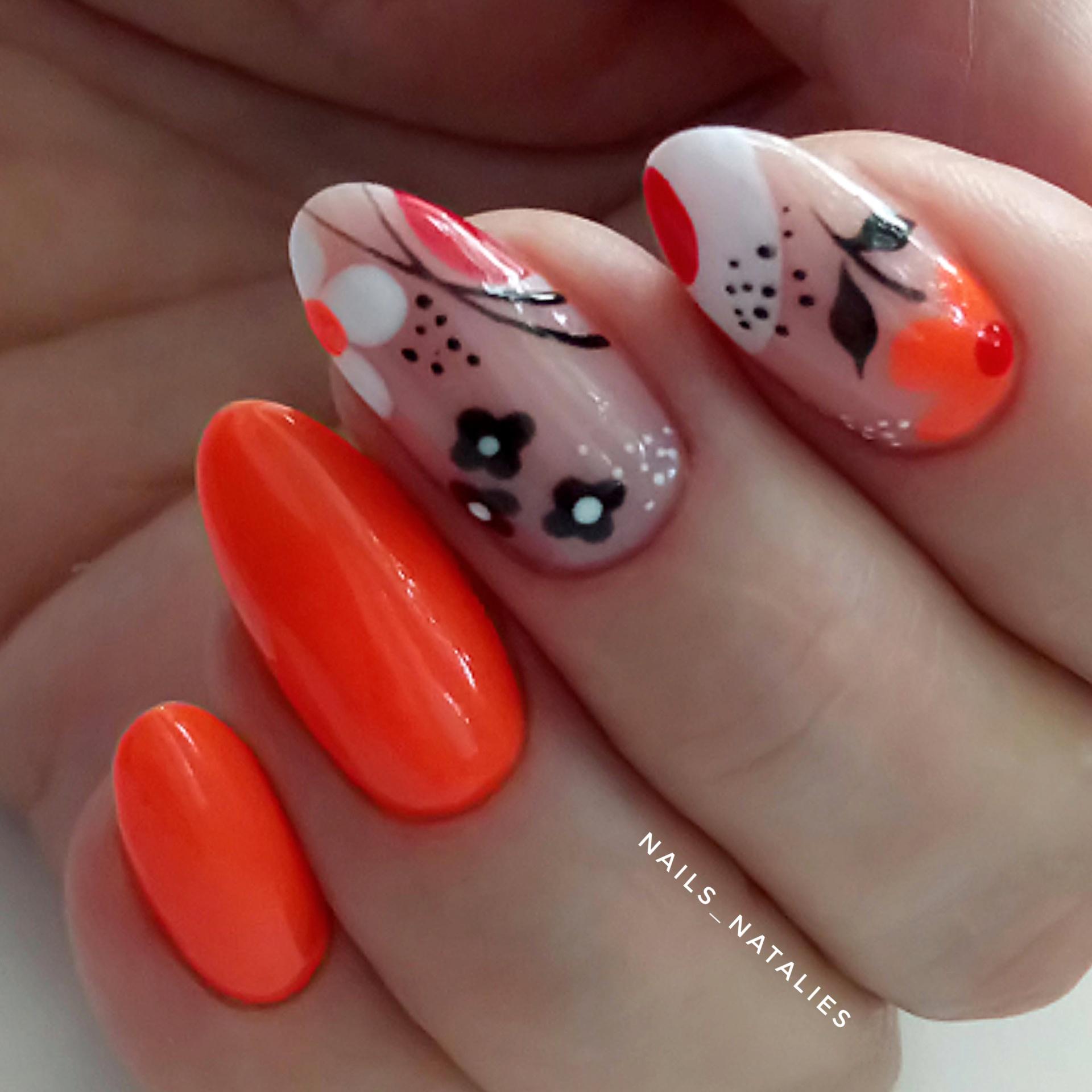 Маникюр с цветочным рисунком в рыжем цвете на короткие ногти.