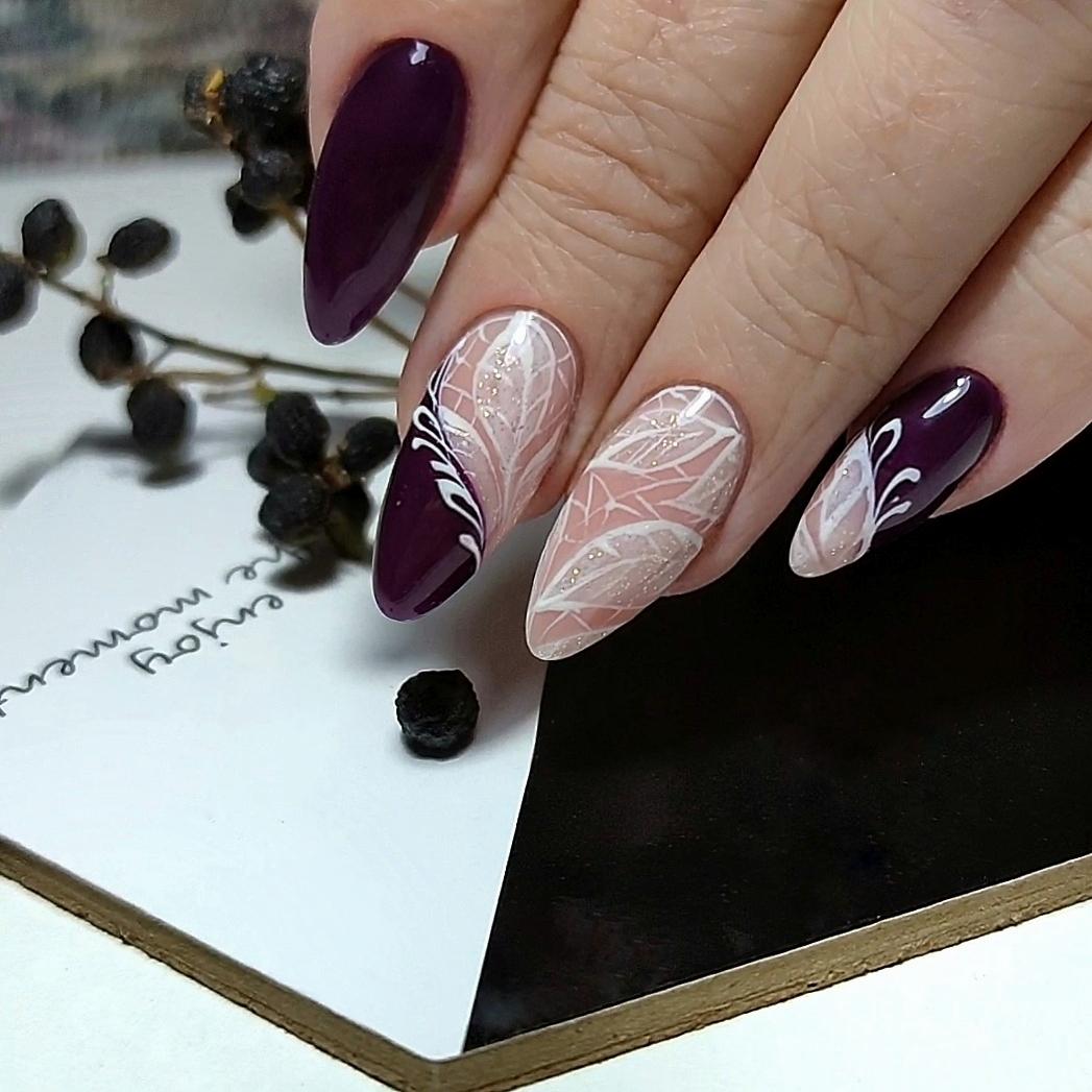 Маникюр с растительным рисунком в баклажановом цвете на длинные ногти.