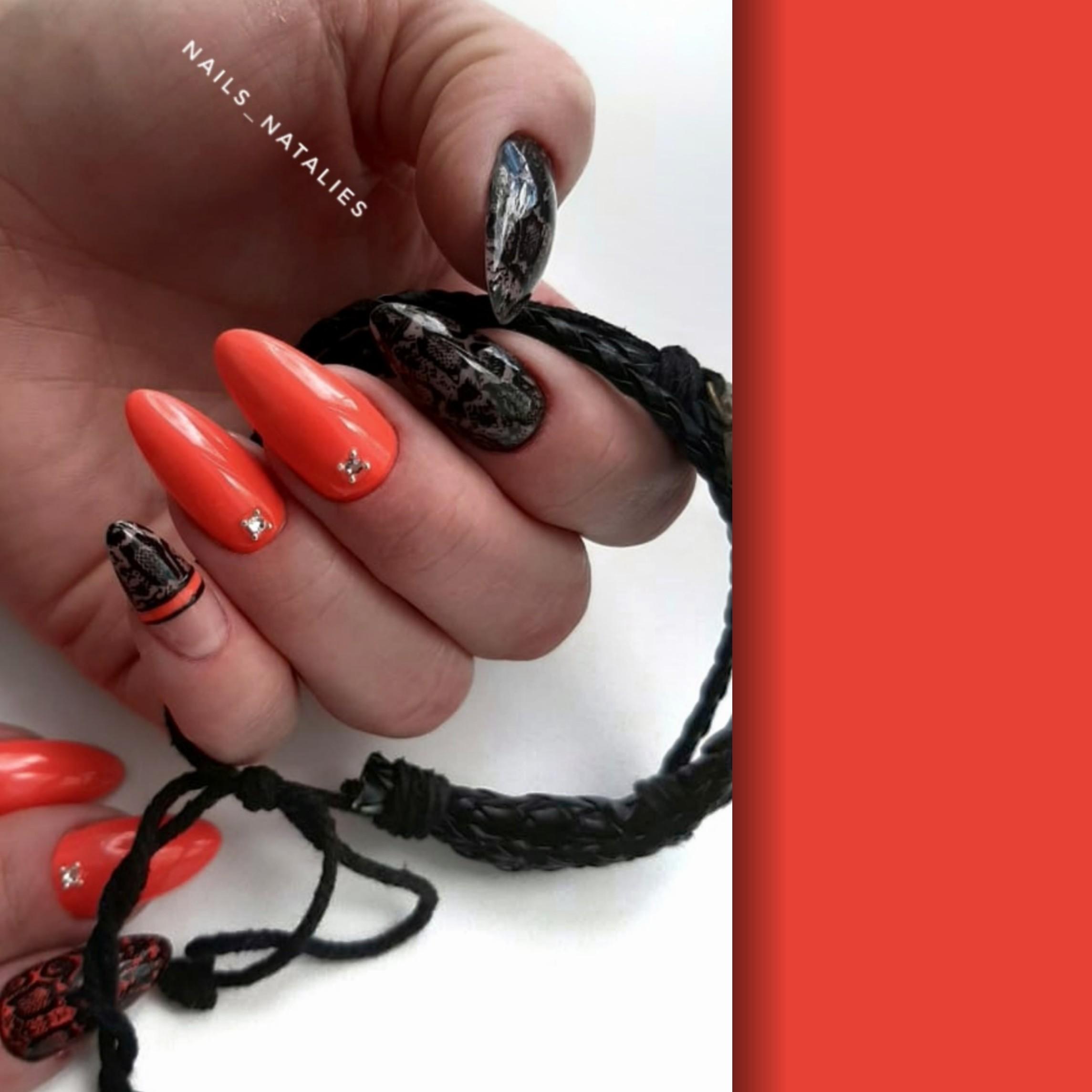 Маникюр с кружевным дизайном и стразами в рыжем цвете на длинные ногти.