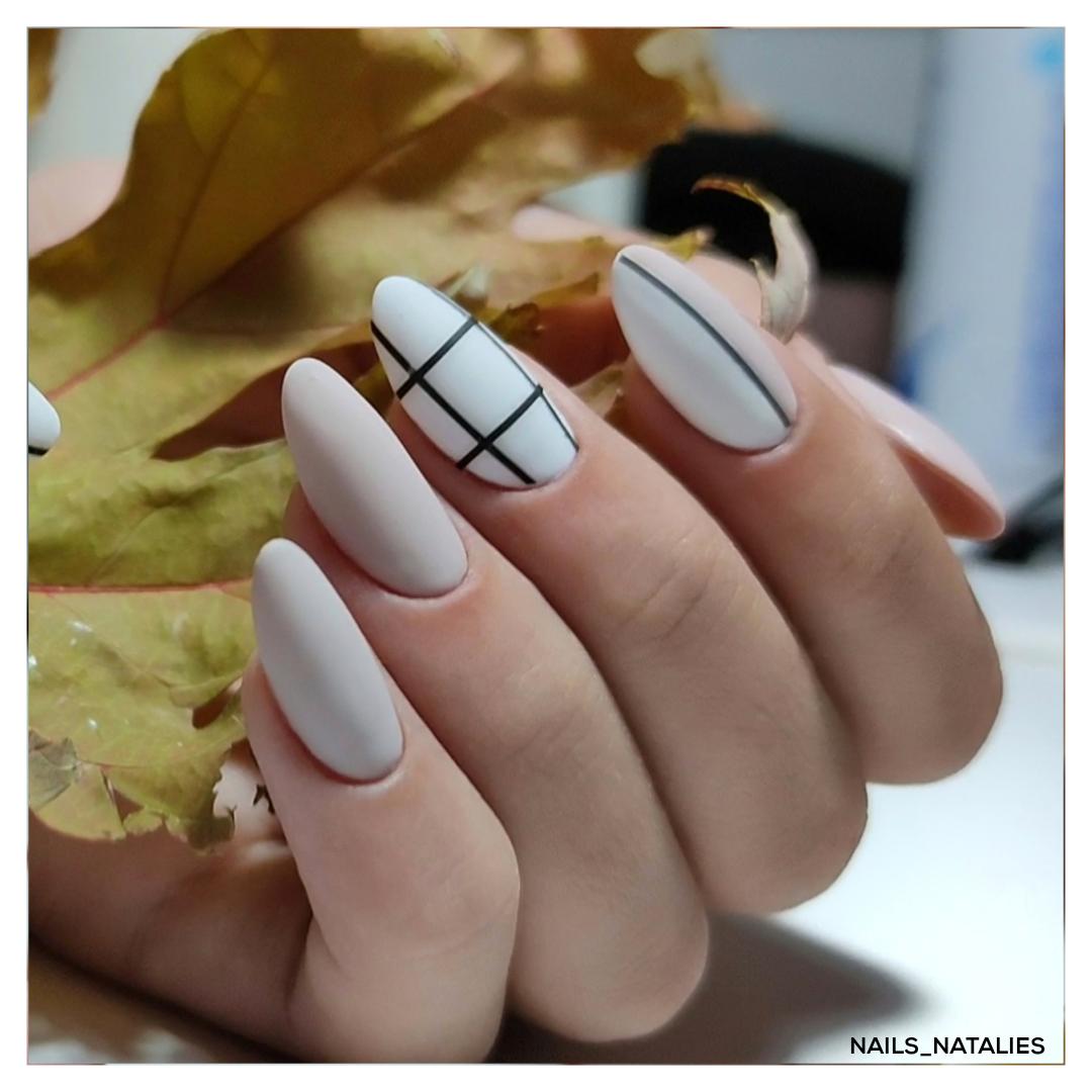 Матовый маникюр с геометрическим рисунком в пастельных тонах на длинные ногти.