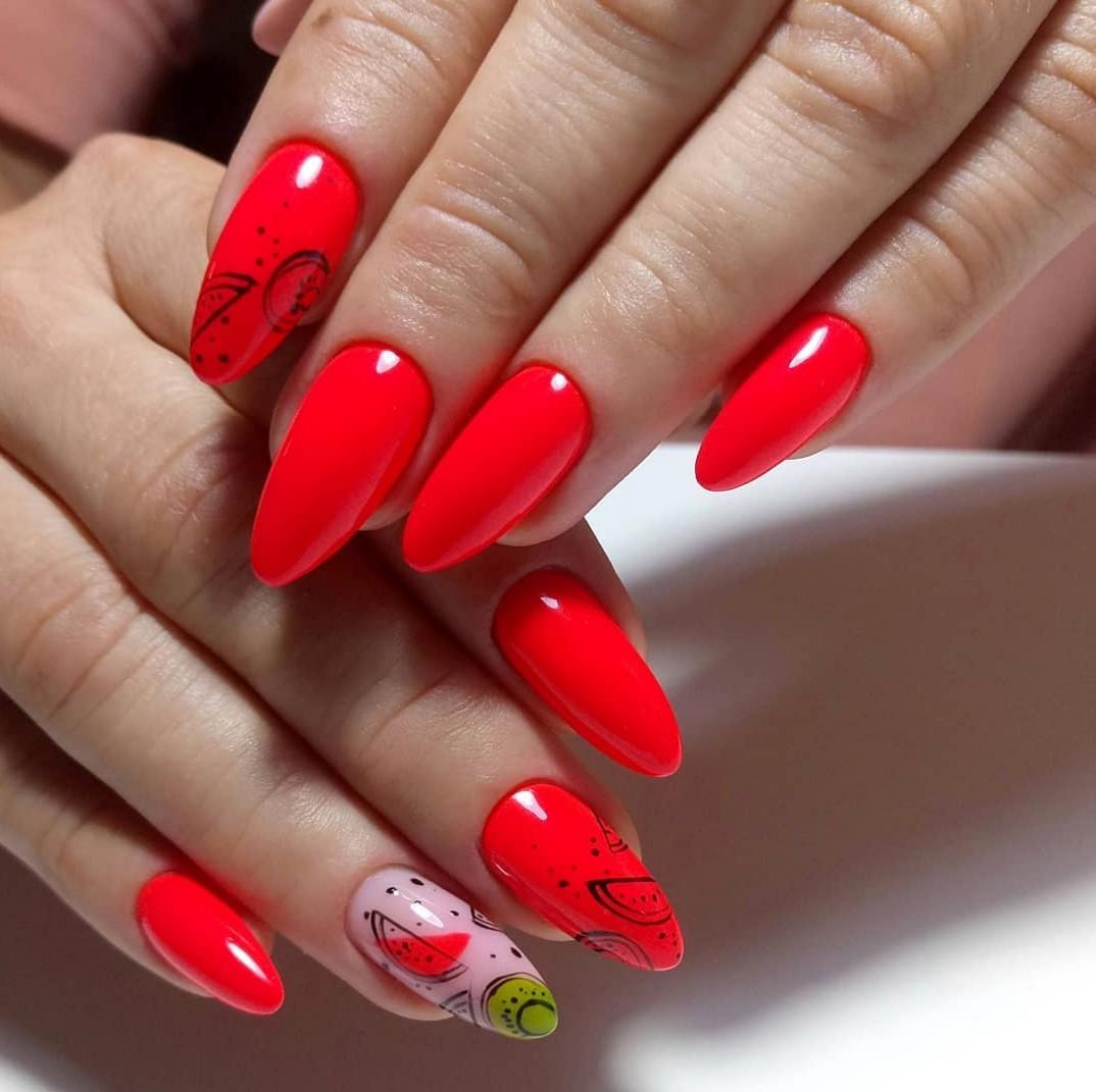 Маникюр с арбузом в красном цвете на длинные ногти.