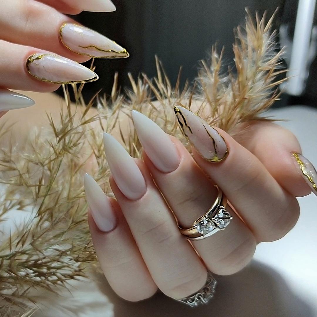 Маникюр с мраморным дизайном в молочном цвете на длинные ногти.