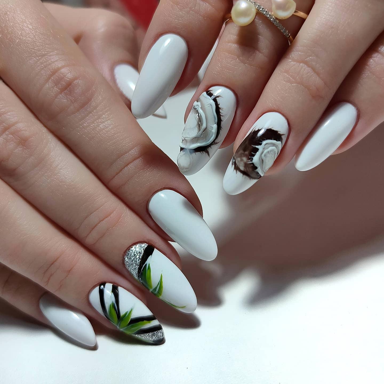 Маникюр с кокосом и серебряными блестками в белом цвете на длинные ногти.