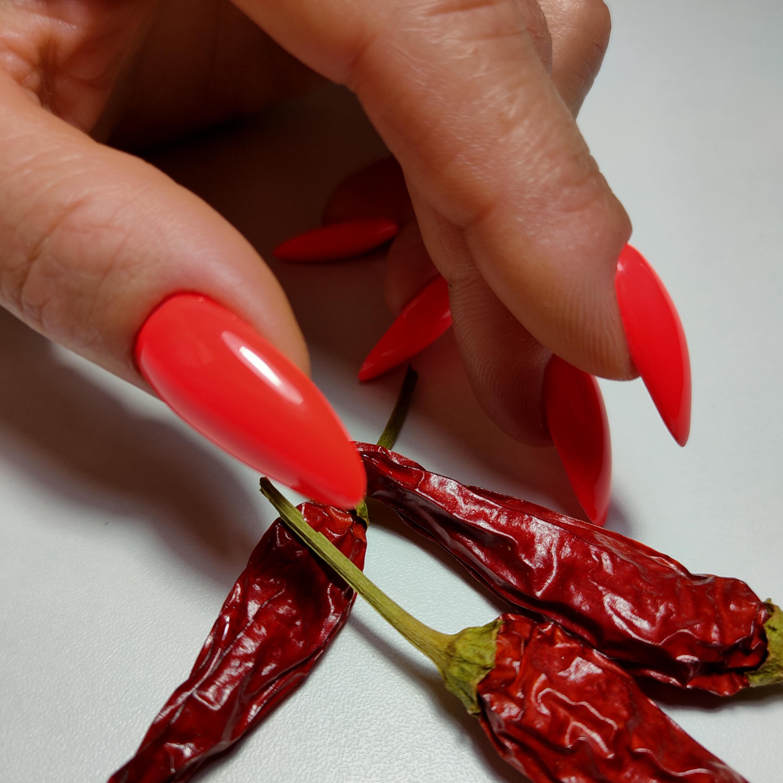 Маникюр в красном цвете на длинные ногти.