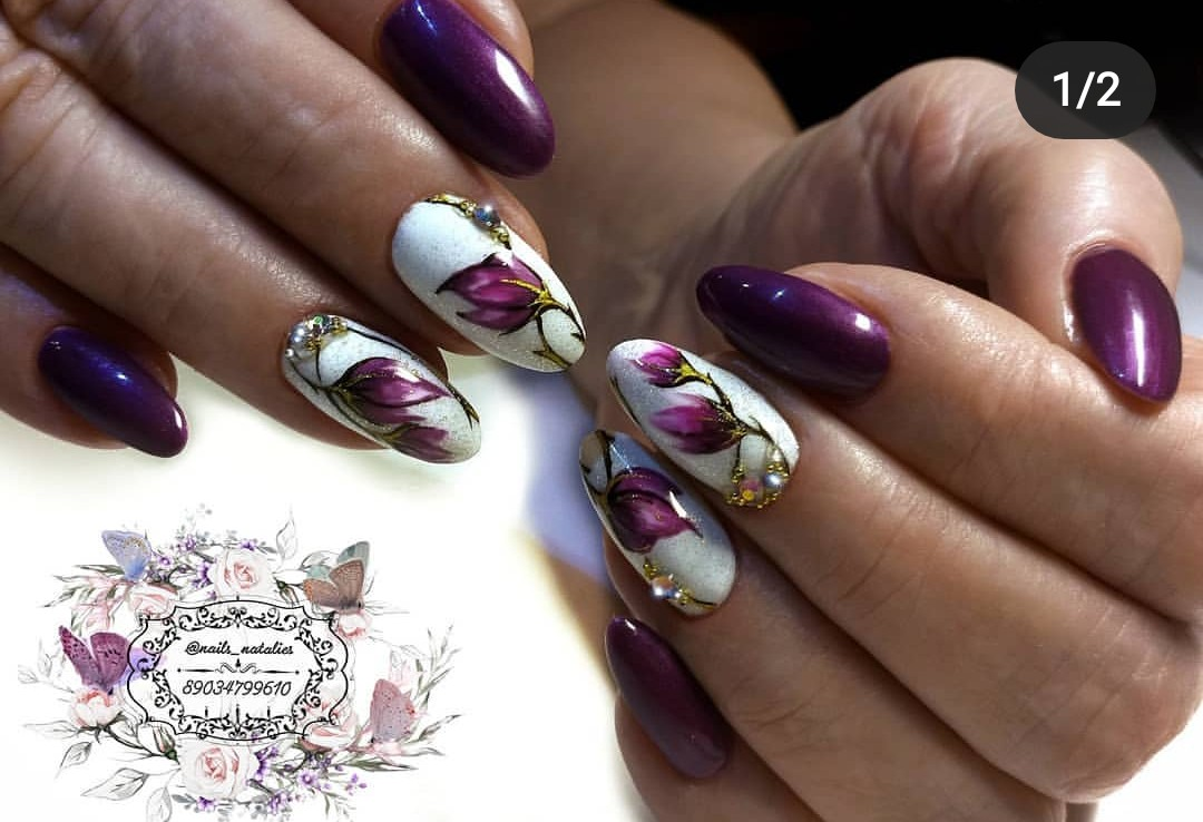 Маникюр с цветочным рисунком и стразами в баклажановом цвете.