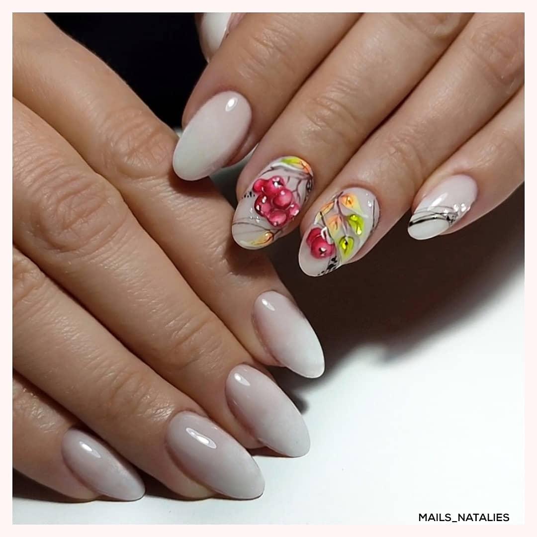 Осенний маникюр с рисунком в молочном цвете на короткие ногти.