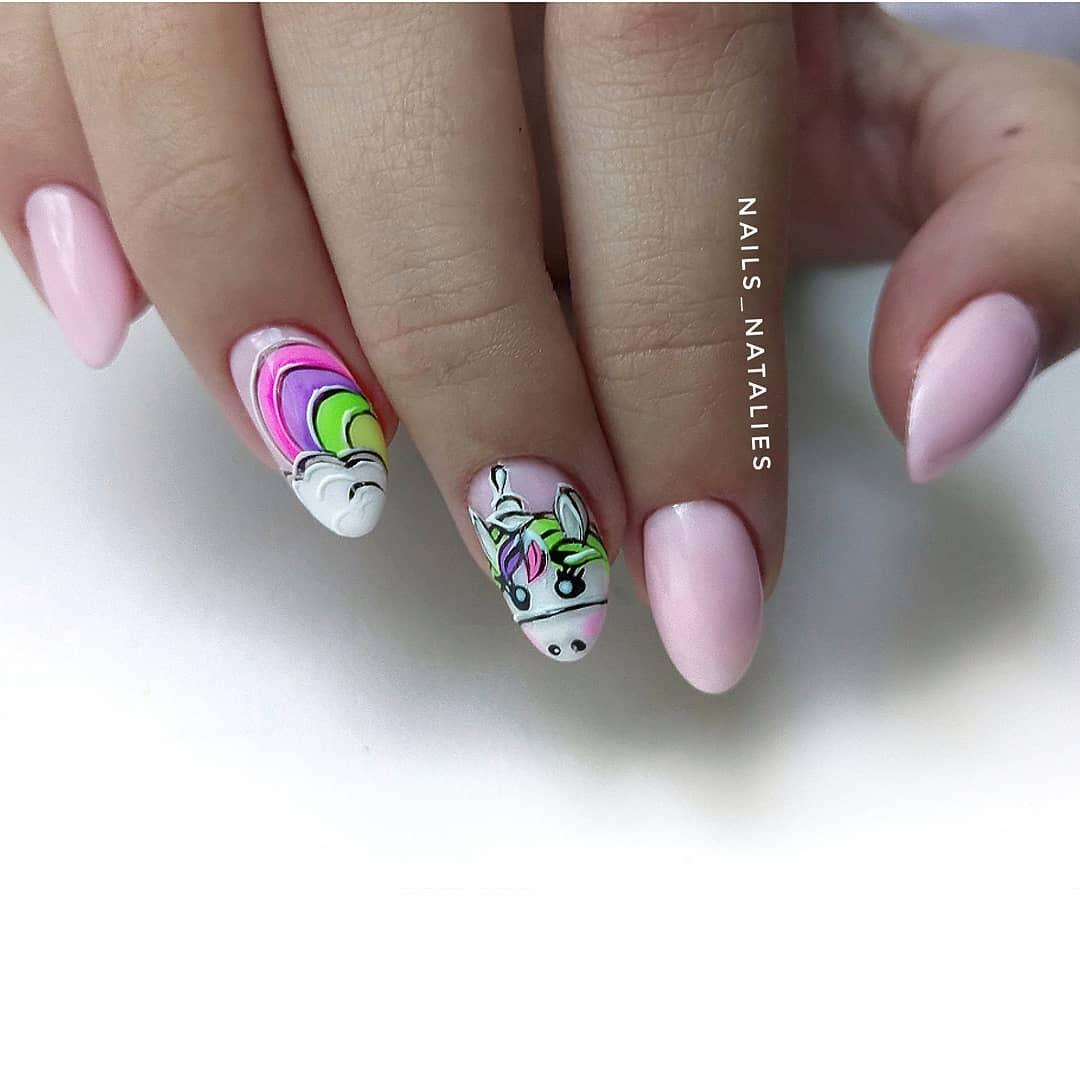 Маникюр с мультяшным единорогом в розовом цвете на короткие ногти.